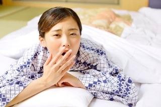 うつ伏せであくびをしている女性の画像.jpg