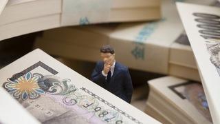 お金と人形の画像.jpg