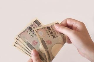 お金を数える女性の画像.jpg