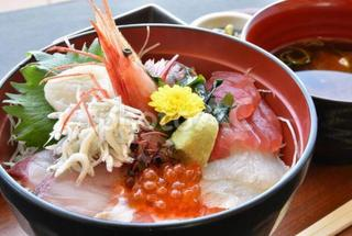 エビやイクラの乗った海鮮丼の画像.jpg