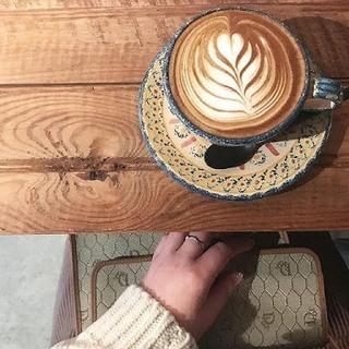 カップに入ったミルクコーヒーの画像.jpg
