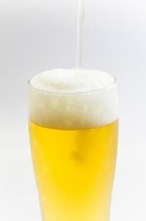 グラスにビールを注いでいる画像.jpg