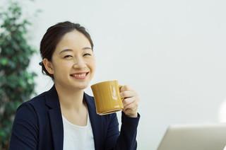 コーヒーを飲む女性の画像.jpg