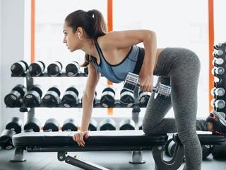 スポーツジムで運動している女性の画像.jpg