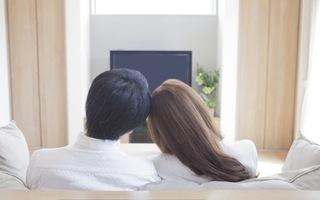 ソファーに並んで座っている夫婦の画像.jpg