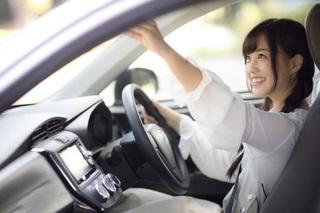 ドライブレコーダーをチェックしている女性の画像.jpg