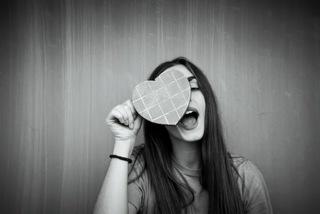 ハートの目隠しをしている女性.jpg