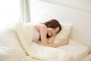 ベッドで寝ている女性の画像.jpg