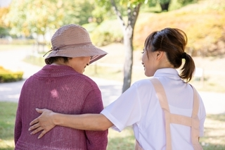 介護士と高齢の女性の画像.jpg