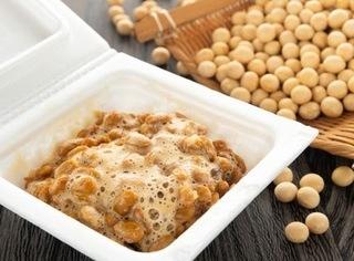 大豆とかき混ぜた納豆の画像.jpg