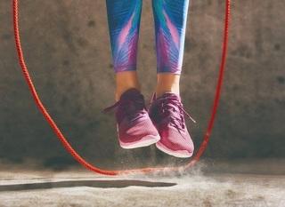 女性が縄跳びしている画像.jpg