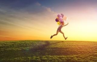 子供が風船を持って遊んでいる画像.jpg