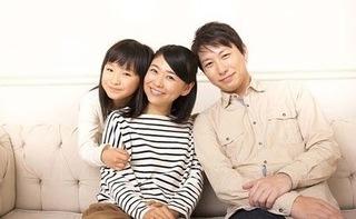 家族3人が微笑んでいる画像.jpg