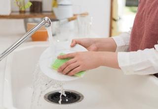 左手でスポンジを持って皿を洗っている画像.jpg