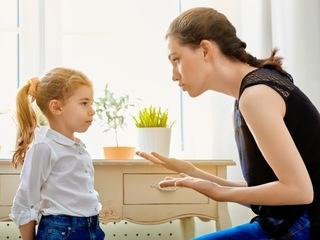 母親が子供を叱っている画像.jpg
