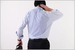 汗で背中がびっしょりになっている男性の画像.jpg