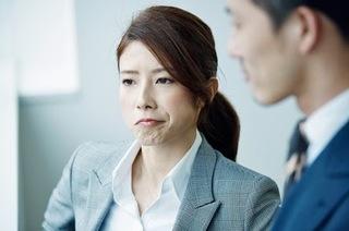 男の人と会話している女性の画像.jpg