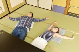 畳の上で仰向けに寝ている男性と女性の画像.jpg