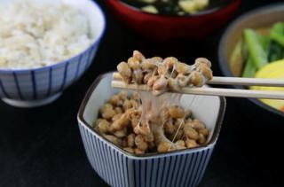 納豆をお箸で取ってご飯に乗せようとしている画像.jpg