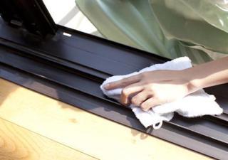 網戸のレールを掃除している画像.jpg