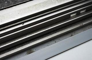網戸の下部とレールの画像.jpg
