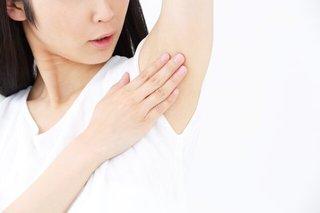 脇の下を手でさわっている女性の画像.jpg