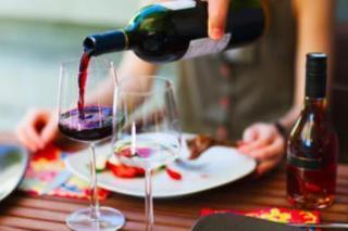 赤ワインを注いでいる画像.jpg