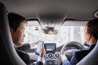 車の中で電話している会社員の画像.jpg