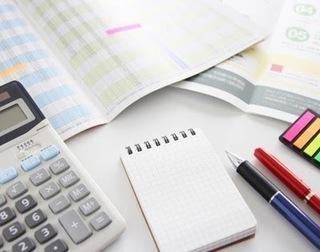 電卓と家計簿の画像.jpg