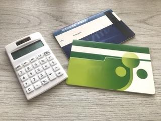 電卓と貯金通帳の画像.jpg