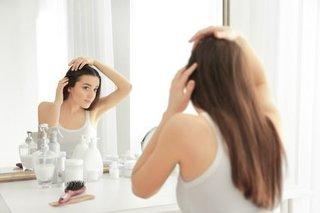 髪をさわる女性の画像.jpg