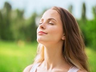 鼻から息を吸っている女性の画像.jpg